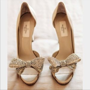 DISO!!!!!!! Valentino Bow heels in tan